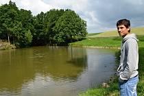 Jiří Toman se  k rybníku vrátil po týdnu. Běžně z něho tahá ryby. Tentokrát vzpomínal, kde muž skočil do vody, i ve kterých místech se topil. Zachránil mu život.
