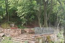 V místech, kde stávala socha Plačící Anny na Křížovém vrchu, obnovily technické služby letos na jaře vyhlídku.