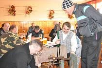 """STARÉ   DECIMÁLCE  neunikl na Silvestra v hospodě v Němčicích nikdo z hostů. Ještě než si objednali pivo,  museli """"povinně"""" na váhu. Malí i velcí, váhu všech hostů zaznamenala vážní komise do knihy."""