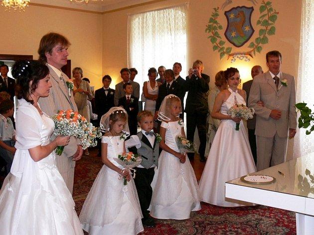 Novomanželé Alena a Martin Ksandrovi (vlevo) a Kateřina a Josef Valentovi. Sestry prožily jedinečný okamžik života společně.