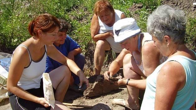 Dobrovolnice z Jevíčka pomáhaly Janě Němcové (vlevo) s archeologickým výzkumem u Jevíčka.