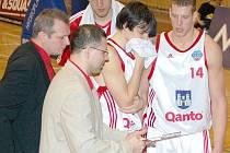 Trenérská dvojice na svitavské lavičce (uprostřed hlavní kouč Tomáš Pětivlas a vlevo asistent a manažer klubu Pavel Špaček) věří, že nadstavbová část přinese do Svitav další radost z vítězství.