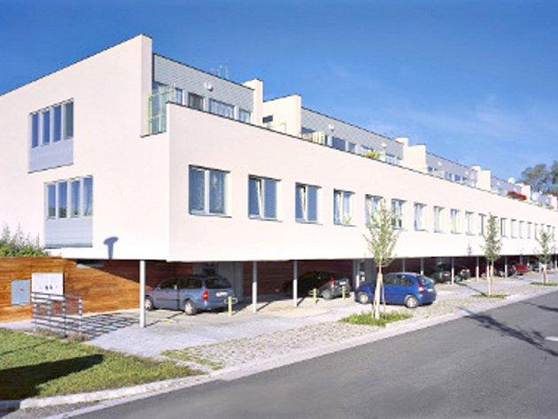 BYTOVÉ DOMY  U NEMOCNICE. V lokalitě  u silnice ve směru  na  Poličku přibude další bytový dům.  Za dvacet milionů korun ho tady staví město.