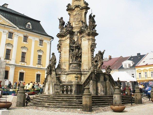 Unikátní mariánský sloup, který je historickou dominantou Palackého náměstí, prošel generální opravou.