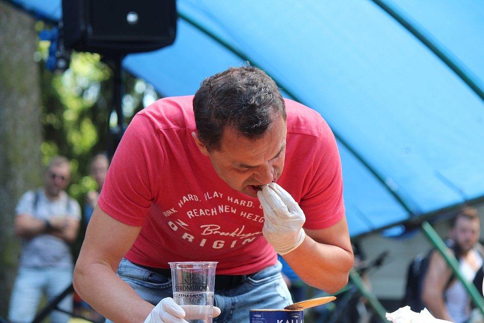 V Hořicích soutěžil s plechovkou smrduté švédské delikatesy zvané surströmming.