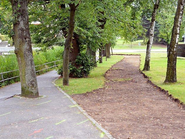 Práce na chodníku u hráze Synského rybníku.