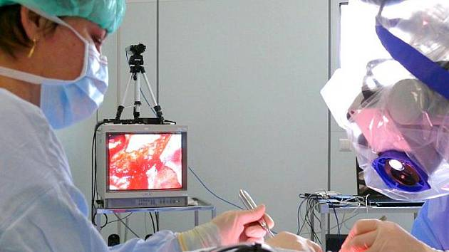 Operace středního ucha v přímém přenosu ze svitavské nemocnice.