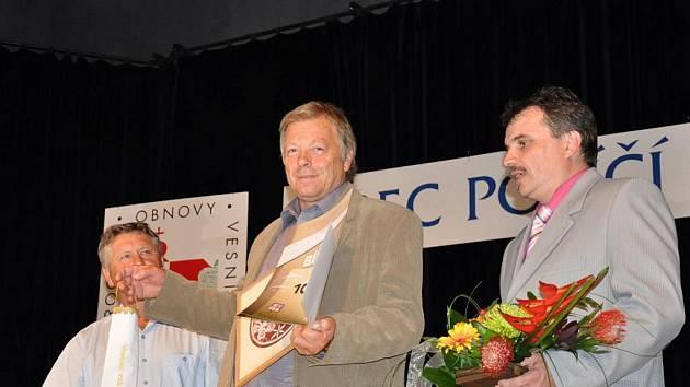 Bílou stuhu za práci s mládeži převzal starosta Janova Miloš Štika.