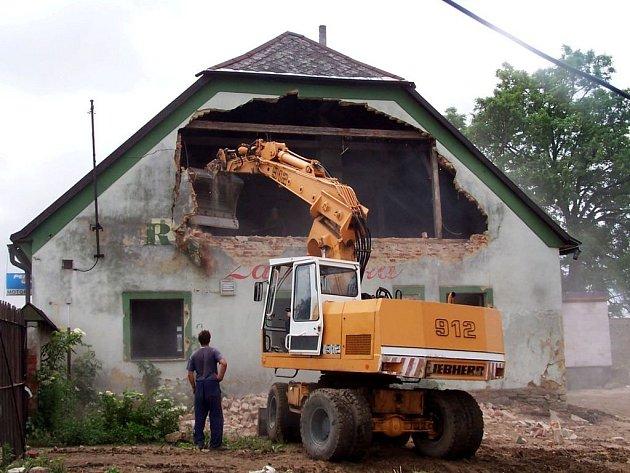 Štít na Zavadilce  postaví do deseti dnů.  Zbytek budovy  restaurace zůstane zachován, protože se uchoval v dobrém stavu.  Změnu dozná  interiér.