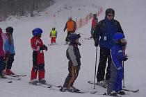 ZIMNÍ PRÁZDNINY.  Malé lyžaře včera zlákala upravená sjezdovka a čerstvý sníh do Poličky.