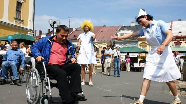 Starosta města Jaroslav Martinů zdolává poslední  metry celé trasy za asistence neobvyklých sestřiček.
