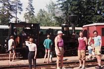 ZÁKLADNA v Nové Peci v roce 1995. Parní vláček jezdil denně po trase Černá v Pošumaví Nové Údolí. Na výlet s ním vyrazili i turisté z Litomyšle.