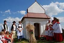 Poděkování za úrodu u kapličky svatého Jana Nepomuckého.