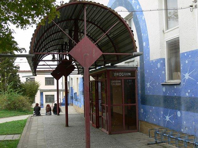 Kino Vesmír ve Svitavách promítá filmy ve dvou sálech. Velký sál pojme přes 250 lidí, kinokavárna je pro 60 diváků.