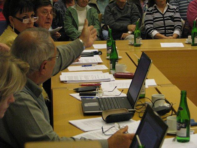 Na zastupitelstvu v Moravské Třebové to ve středu vřelo jako v kotli, nájemníci přišli komunálním politikům vyjádřit nesouhlas s prodejem mětských bytů
