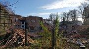 Budova dětské nemocnice je po měsíci od zahájení demolice téměř srovnaná se zemí.