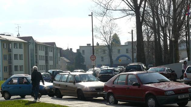 Parkování u svitavské nemocnice. Ilustrační foto.