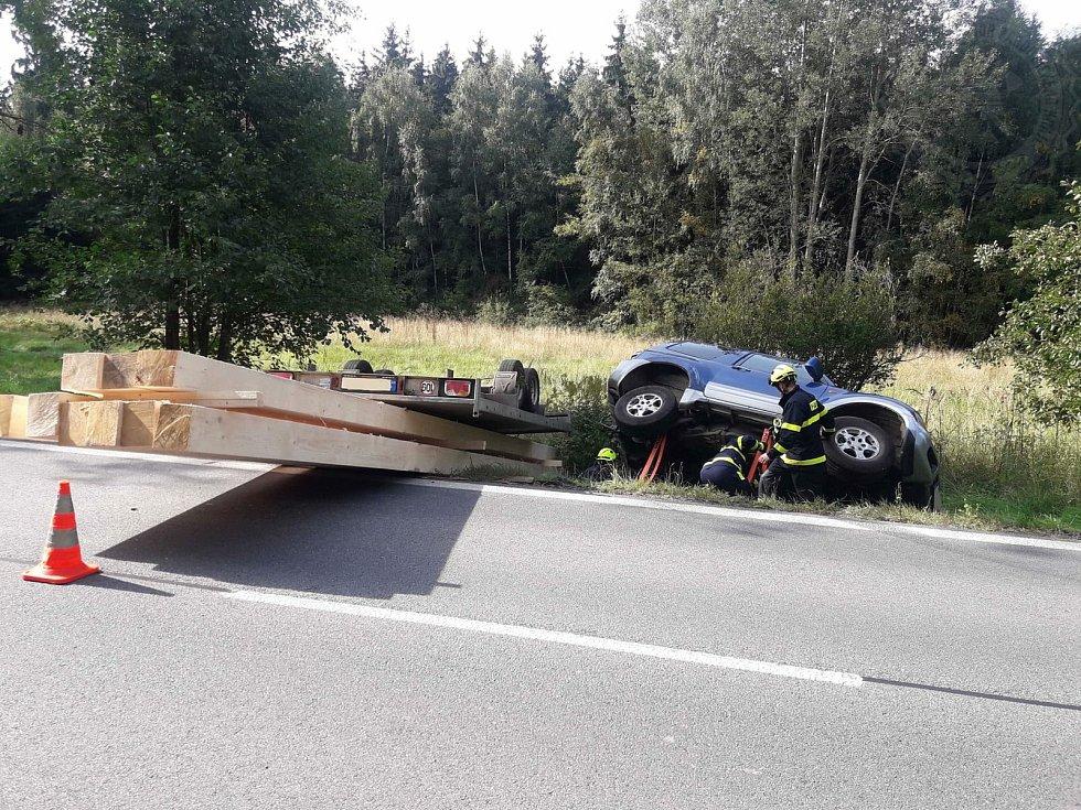 Osobní auto skončilo s nákladem rámů v příkopě.