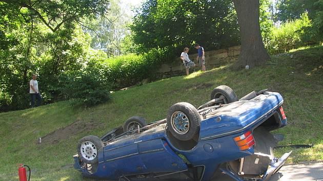 Devětatřicetiletý řidič ze Svitav dostal s vozem Ford Scorpio smyk a narazil do stromu. Vozidlo se převrátilo na střechu.