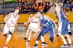 Zasloužené vítězství si ze Svitav odvezli kolínští basketbalisté (v modrém).