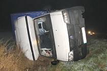 Na silnici druhé třídy u obce Slatina havarovala ve čtvrtek ve čtyři hodiny ráno dodávka