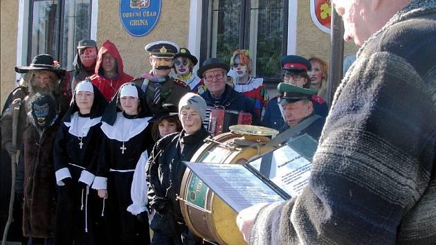 Maškary požádaly starostu Gruny Aloise Křivánka o předání vlády nad obcí.