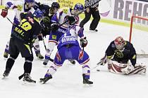 Byl to boj o každý metr ledu, jak se to ostatně od rozhodujícího zápasu čeká. Slovanisté v něm byli šťastnější a jdou dál.