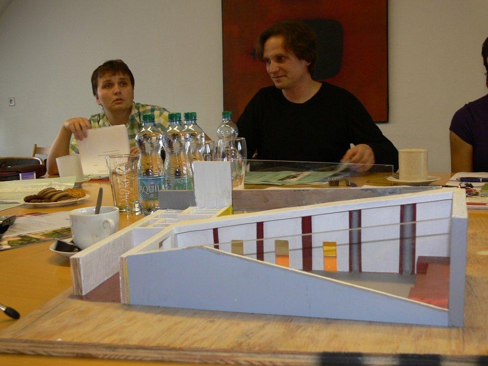 Kazatel církve bratrské  Daniel Smetana (vpravo) a Jana Macková představili model nového kostela, který vyroste  za světelnou křižovatkou v Litomyšli.