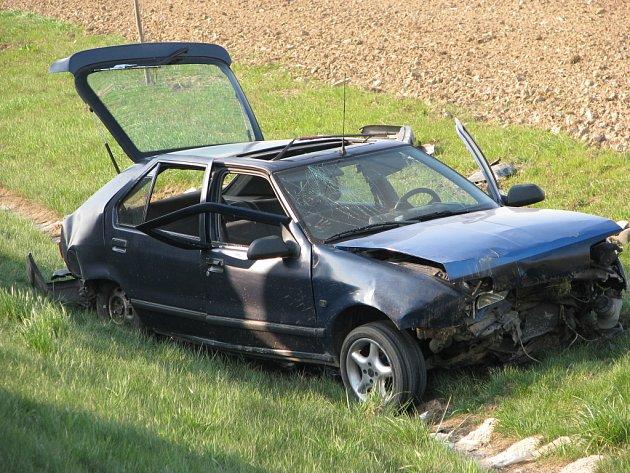 Řidič nezvládl řízení automobilu a sjel ze silnice.