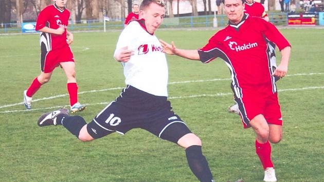 Svitavský útočník v akci. Jiří Růžička (10) se najednou dostal do nebezpečného zakončení, ale gólově se neprosadil.