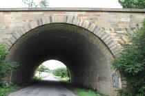 PŮLKRUH. Obloukový most přes silnici Jevíčko – Smolná u židovského hřbitova.