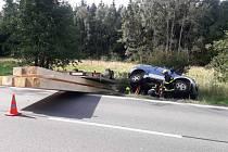 Auto převážející dřevěné trámy skončilo v příkopu