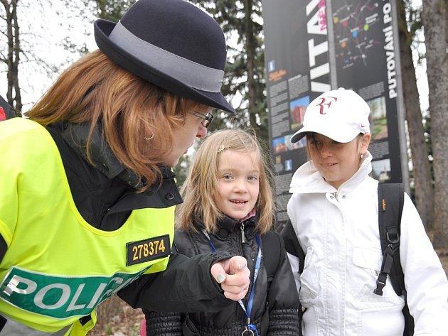 V rámci bezpečnostní akce Zebra se za tebe nerozhlédne ale policistky připomněly dětem, jak se mají na silnici chovat, protože absolutní přednost chodců na přechodu opravdu neplatí.