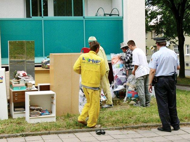 Nábytek vystěhovali dělníci neplatičce na chodník před bytovku. Žena neuhradila za tři měsíce ani jeden nájem.