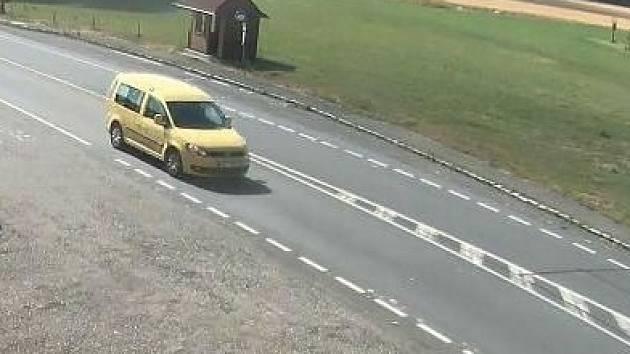 Policie pátrá po řidiči žlutého vozidla, který dne 1. srpna 2013 měl během dopoledne v obci Borová při vyjíždění na hlavní silnici I/34  ohrozit řidiče nákladního vozidla.