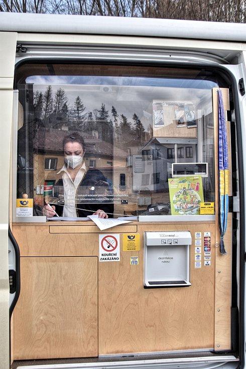 Mobilní pošta jezdí ve svitavském okrese do 22 menších obcí.