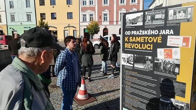 Výstava k výročí 30 let sametové revoluce je nyní k vidění na náměstí v Moravské Třebové.