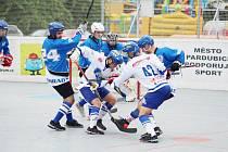 S velkou chutí se hokejbalisté Pardubic (v bílém) a Letohradu pustili do juniorského poháru.