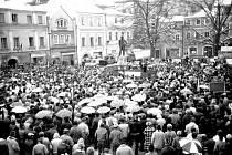 NA NÁMĚSTÍ V LITOMYŠLI se 17. listopadu 1989 nakonec shromáždilo asi 2500–3000 lidí.