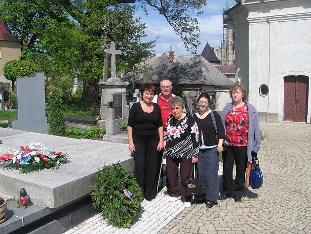 Neteř Bohuslava Martinů Colette Lemaire (v květované halence) zamířila v Poličce k hrobce svého strýce a tety.