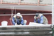 Rekonstrukce plaveckého bazénu v Poličce probíhá podle harmonogramu prací. V těchto dnech dělníci zateplují fasádu.