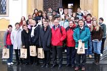 Závěrečný snímek do památníku završil týdenní setkání učitelů a studentů v Poličce.