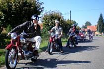 Sběratelé historických vozidel a motocyklů se o víkendu projeli vesnicemi na Litomyšlsku.