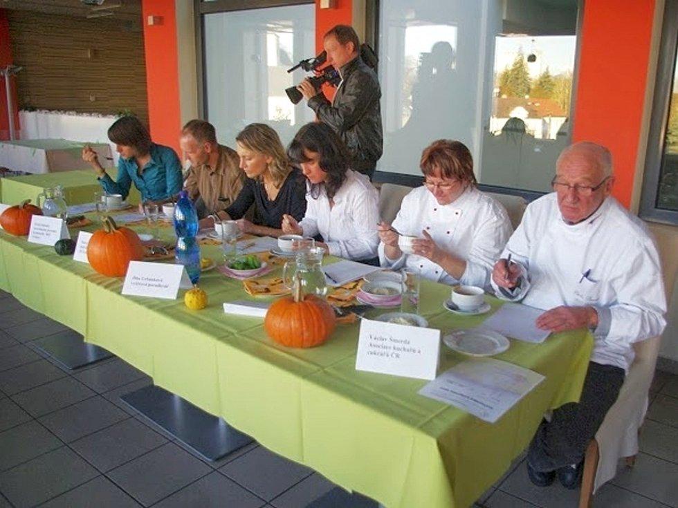 SVITAVSKÁ DÝŇOVKA. Novou tradici soutěžení o nejlepší dýňovou polévku založilo rodinné centrum Krůček. Dlabání dýní si užily hlavně děti.