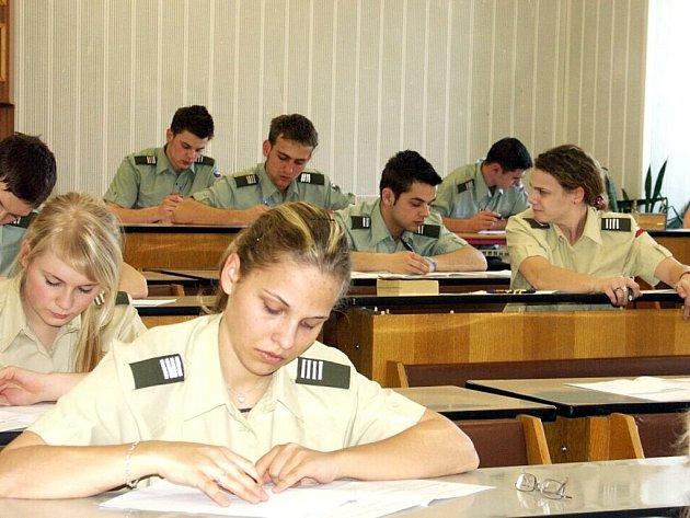 Maturitní zkoušky na vojenské střední škole.