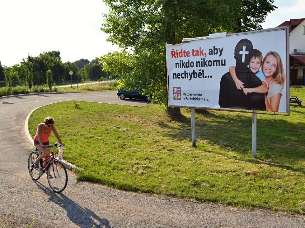 Billboard v Janově je v místě, kde si ho příliš řidičů nevšimne. Neleží totiž přímo u silnice I/35, ale v obci.