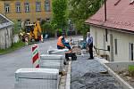 Budování chodníků v Bystrém.