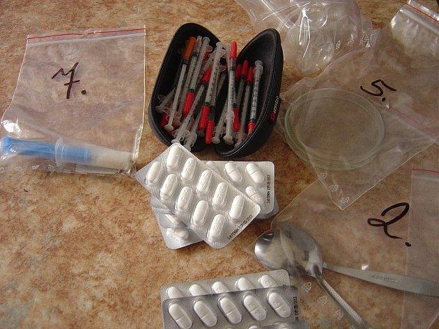 Policisté prohledali byt mladých novomanželů ze Svitav. Zajistili u nich věci pro výrobu pervitinu i drogu připravenou pro distirbuci na černém trhu.  Chemikálie i zadržené předměty kriminalisté podrobí odborným expertizám.