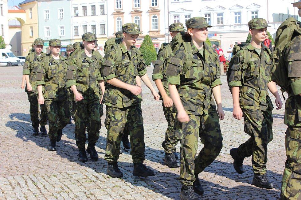 Studenti vojenské školy v Moravské Třebové mají za sebou první dny v kanadách a maskáčích. Ještě nikdo z prváků studium nevzdal.