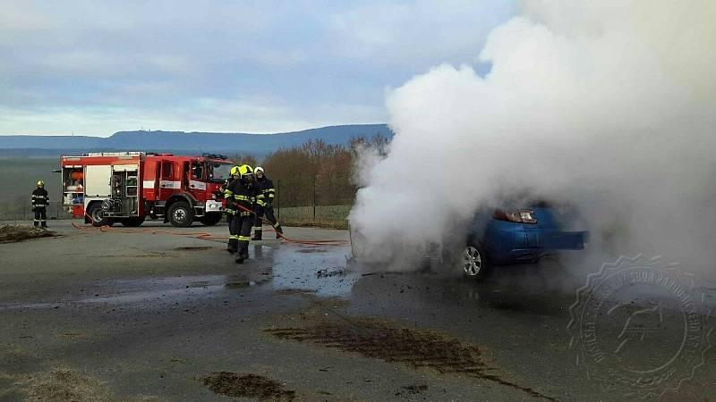 Hořící automobil u bioplynové stanice v Kunčině hasili ve čtvrtek ráno po sedmé hodině hasiči z Moravské Třebové.